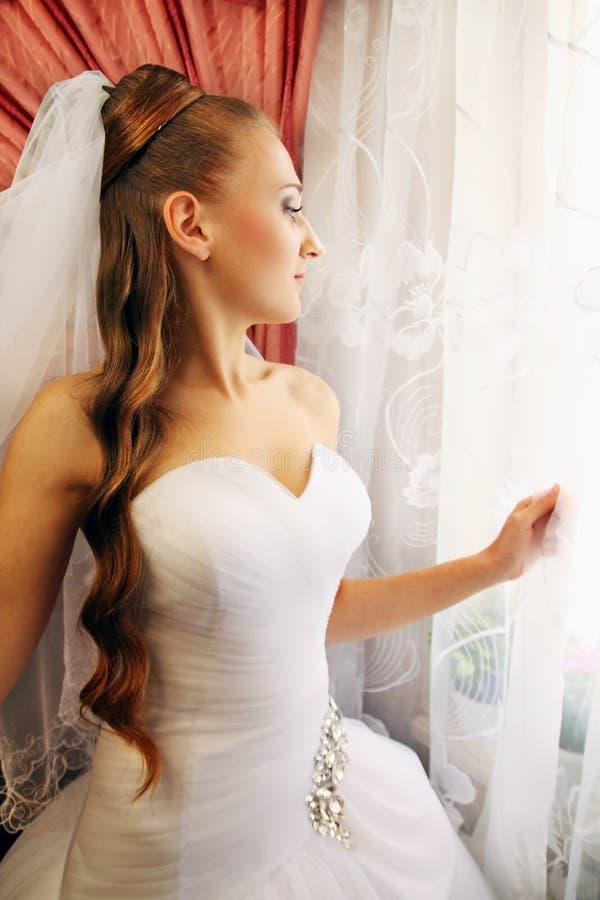 Download Braut Schaut Heraus Das Fenster Stockfoto - Bild von kleid, feier: 27728434