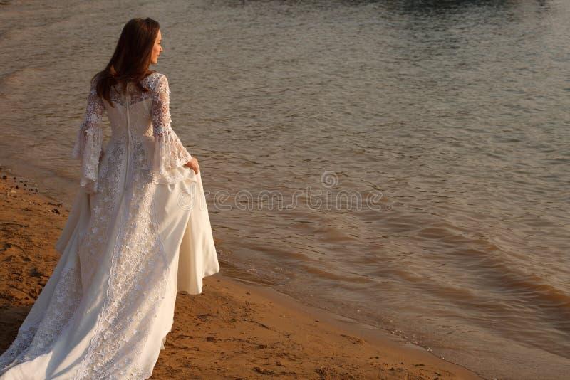 Braut auf dem Strand stockfoto