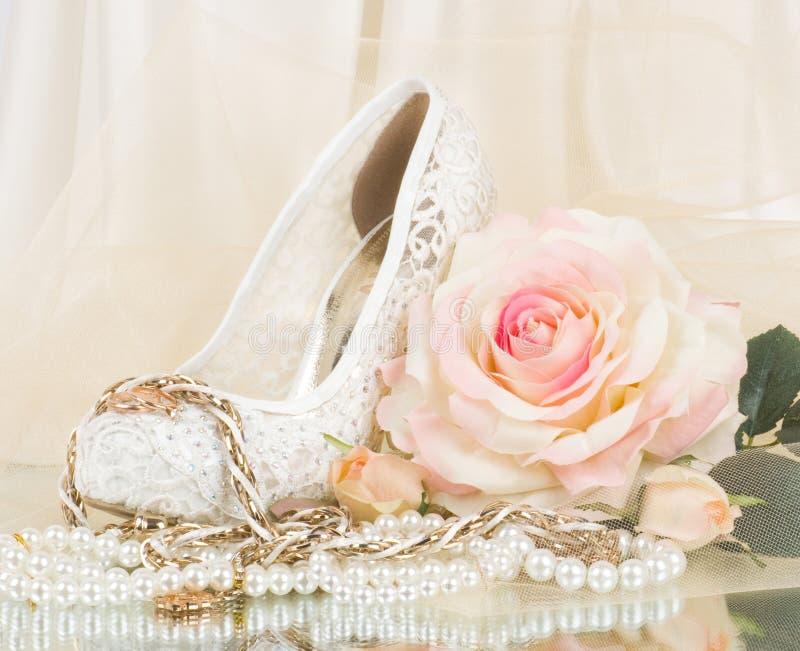 Braut stieg mit Hochzeitsschuh und -kornen stockfotos