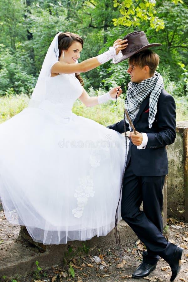 Braut trägt einen Cowboyhut stockbilder