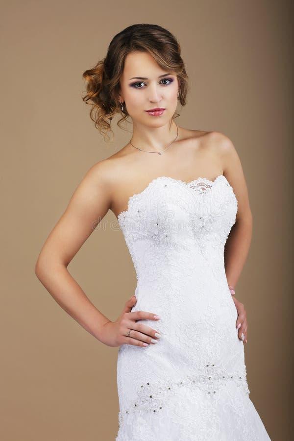 Braut-tragendes weißes Brautkleid stockfotografie