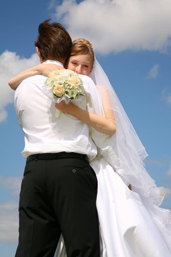 Braut umfaßt Verlobtes stockbild