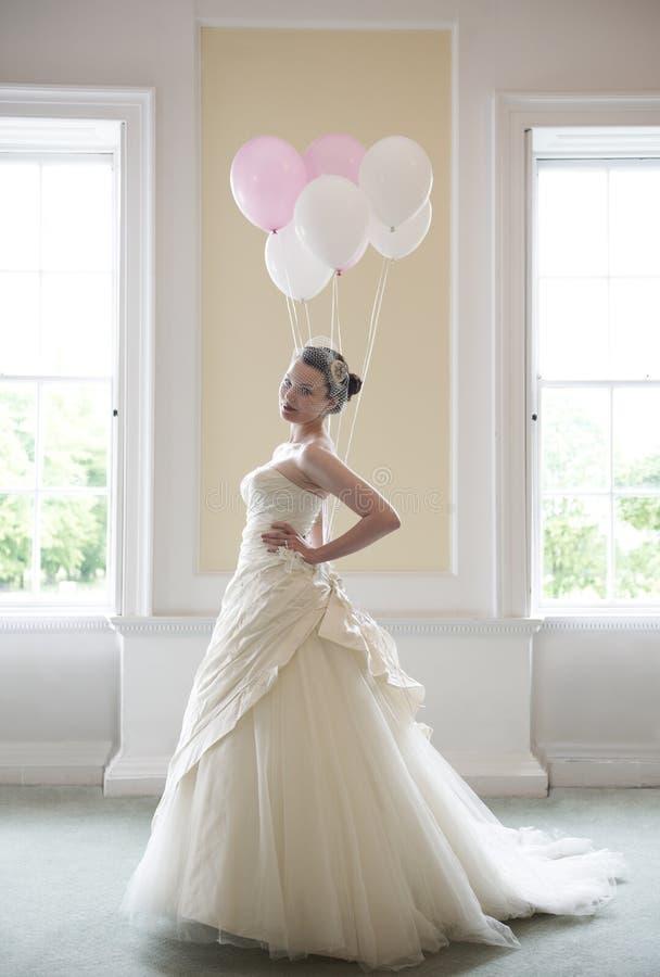Braut und Ballons lizenzfreie stockbilder