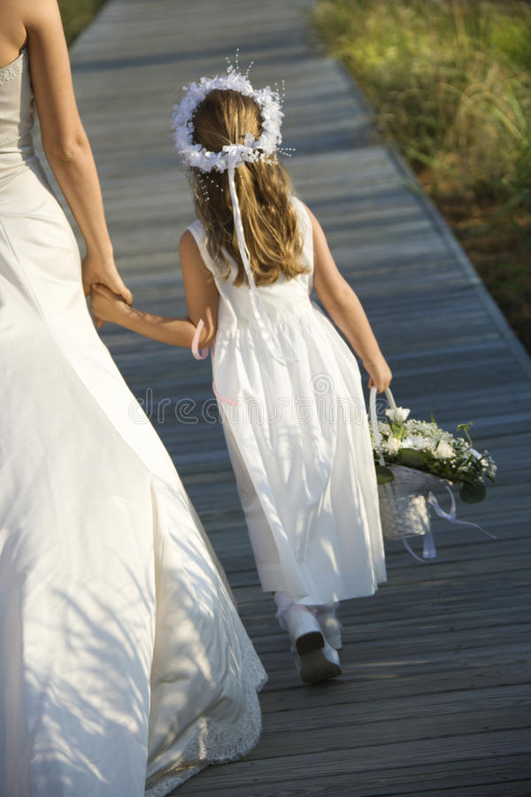Braut-und Blumen-Mädchen auf Promenade stockbild