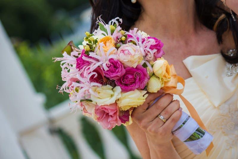 Braut und Blumenstrauß. Hochzeits-Blumenstrauß lizenzfreie stockbilder