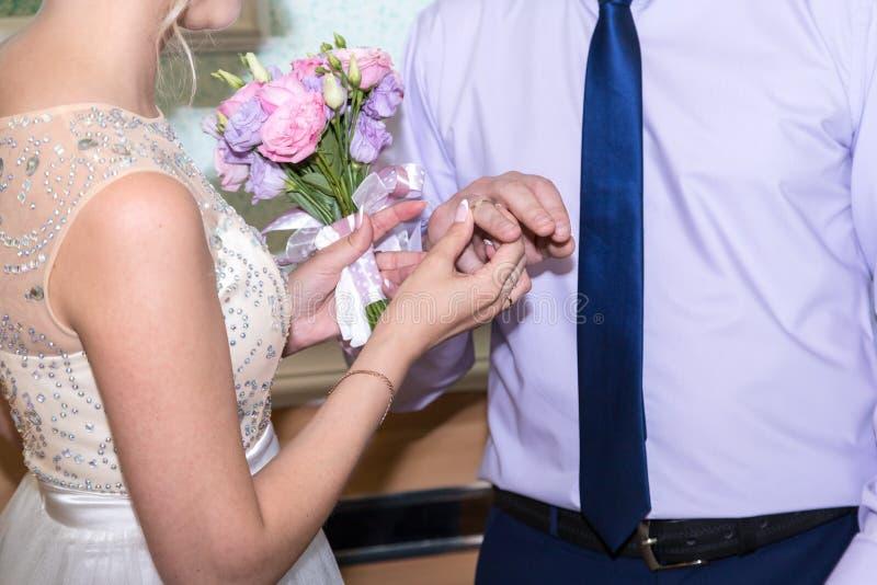 Braut und Bräutigam ändern Ringe auf ihrer Hochzeit lizenzfreie stockfotos