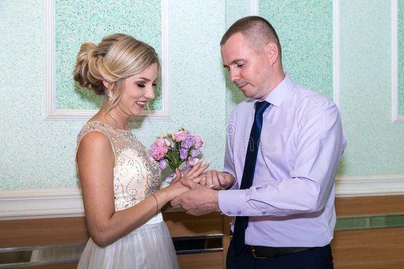 Braut und Bräutigam ändern Ringe auf ihrer Hochzeit lizenzfreie stockbilder