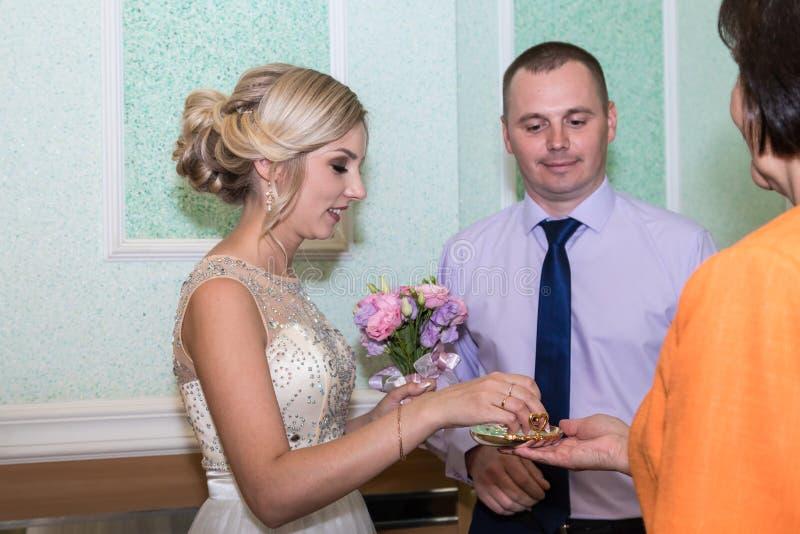 Braut und Bräutigam ändern Ringe auf ihrer Hochzeit stockfoto