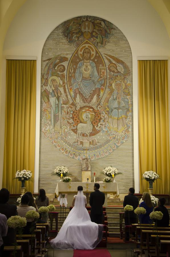Braut und Bräutigam am Altar lizenzfreies stockbild