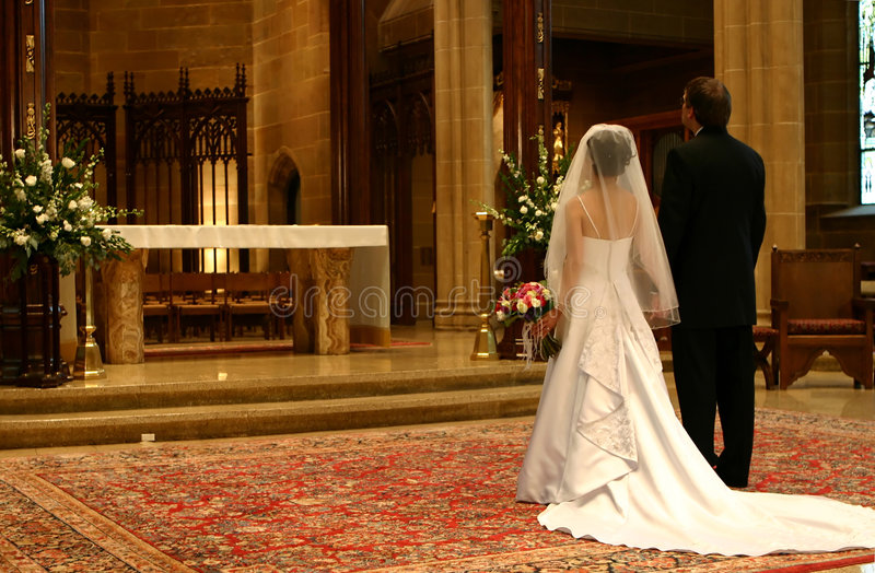 Braut und Bräutigam am Altar (Nahaufnahme) stockbild