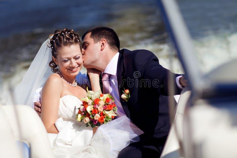 Braut und Bräutigam auf dem Boot lizenzfreie stockfotografie