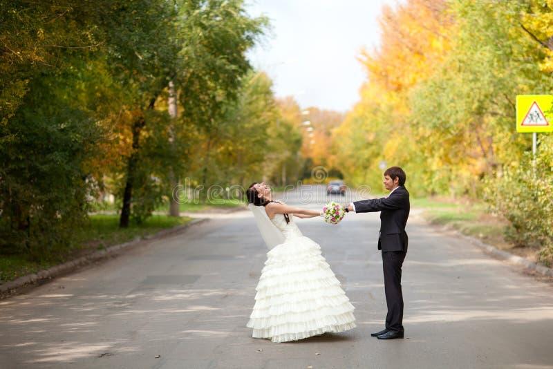 Braut und Bräutigam auf der Straße stockfoto