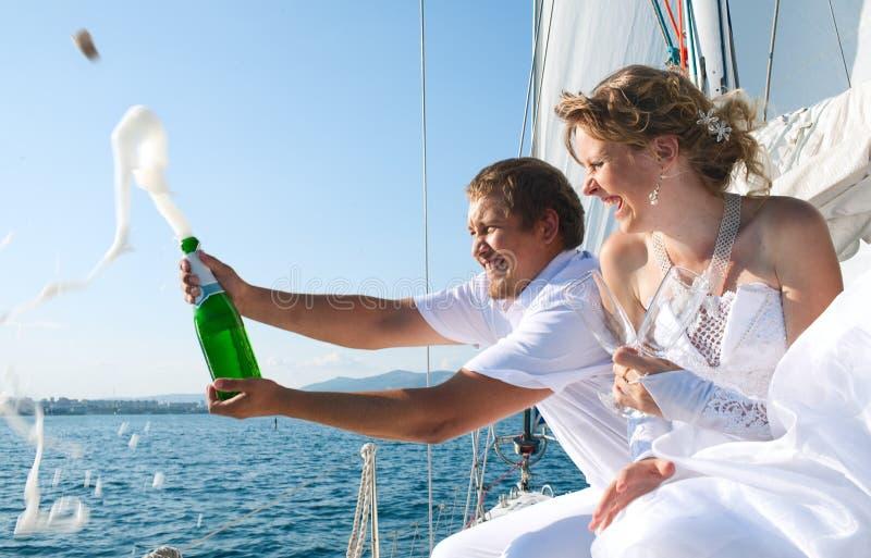 Braut und Bräutigam auf einer Yacht stockbild