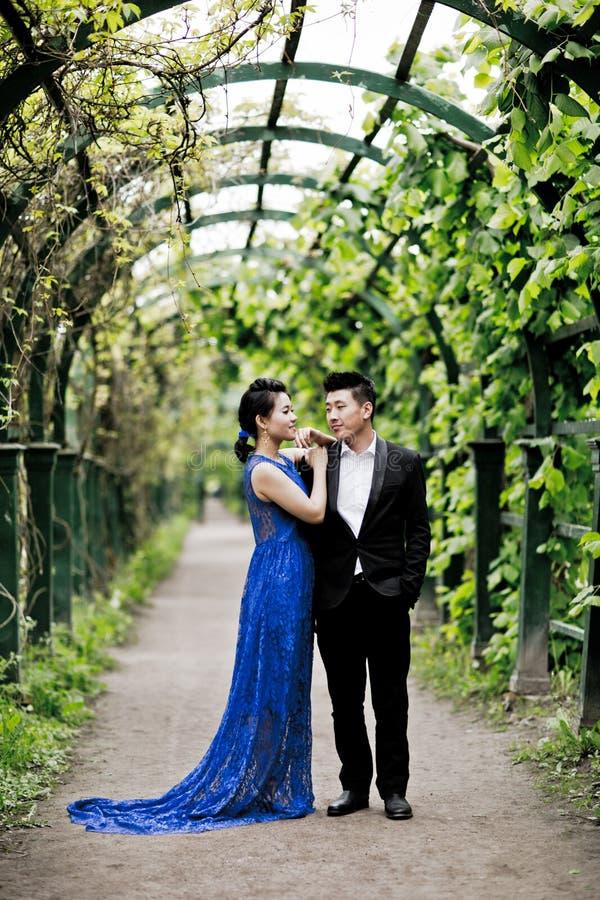 Braut und Bräutigam auf ihrem Hochzeitstag lizenzfreie stockfotografie