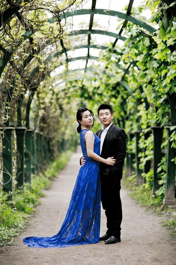 Braut und Bräutigam auf ihrem Hochzeitstag lizenzfreies stockfoto