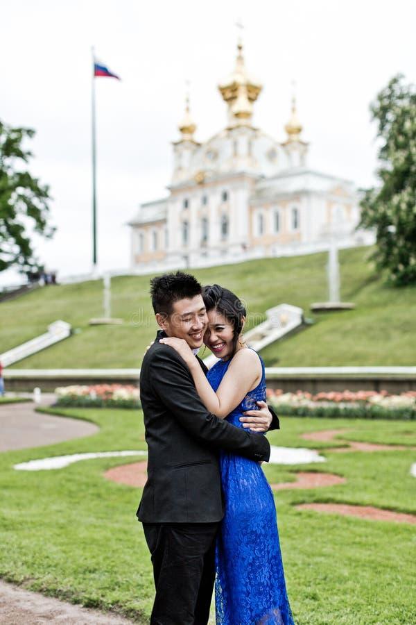 Braut und Bräutigam auf ihrem Hochzeitstag lizenzfreie stockbilder