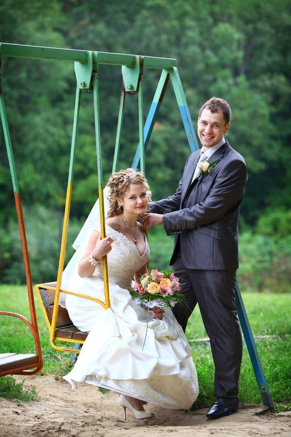 Braut und Bräutigam auf Schwingen stockfotos