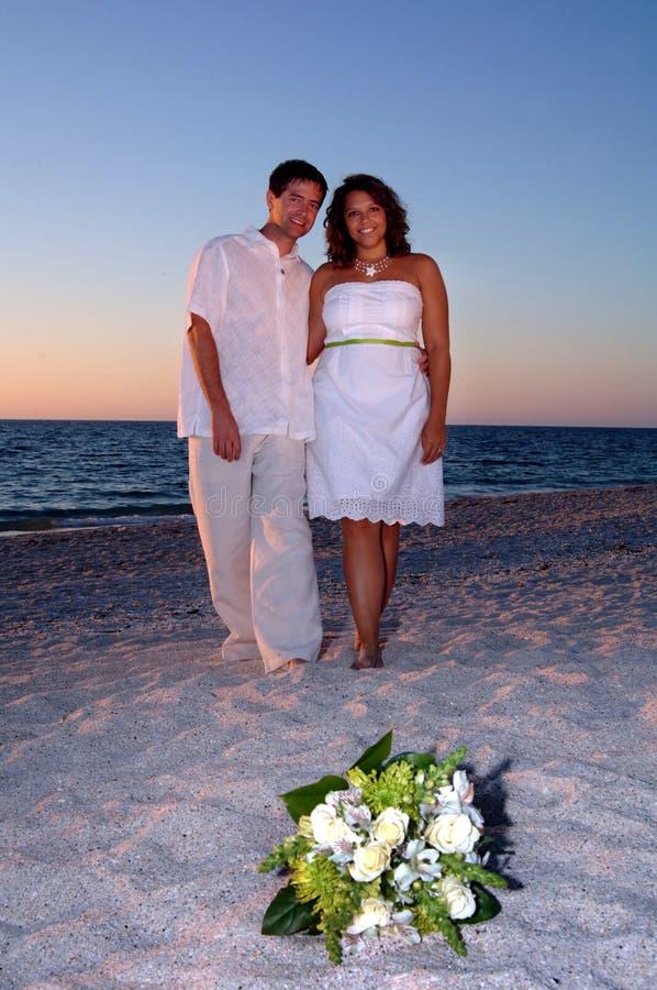Braut und Bräutigam auf Strand stockbilder