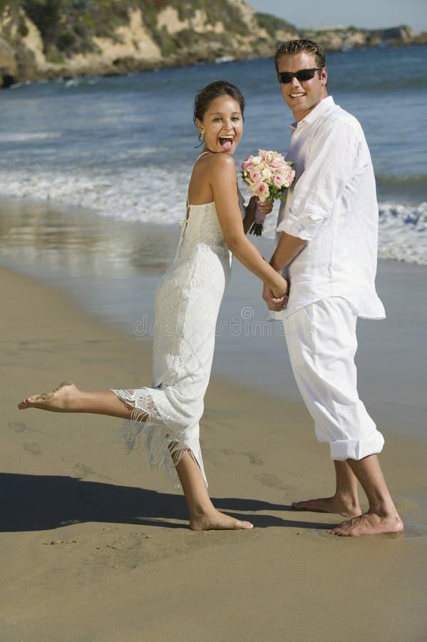 Braut und Bräutigam auf Strand (Porträt) stockfoto