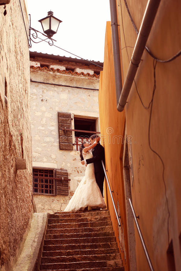 Braut und Bräutigam auf Treppe stockfoto