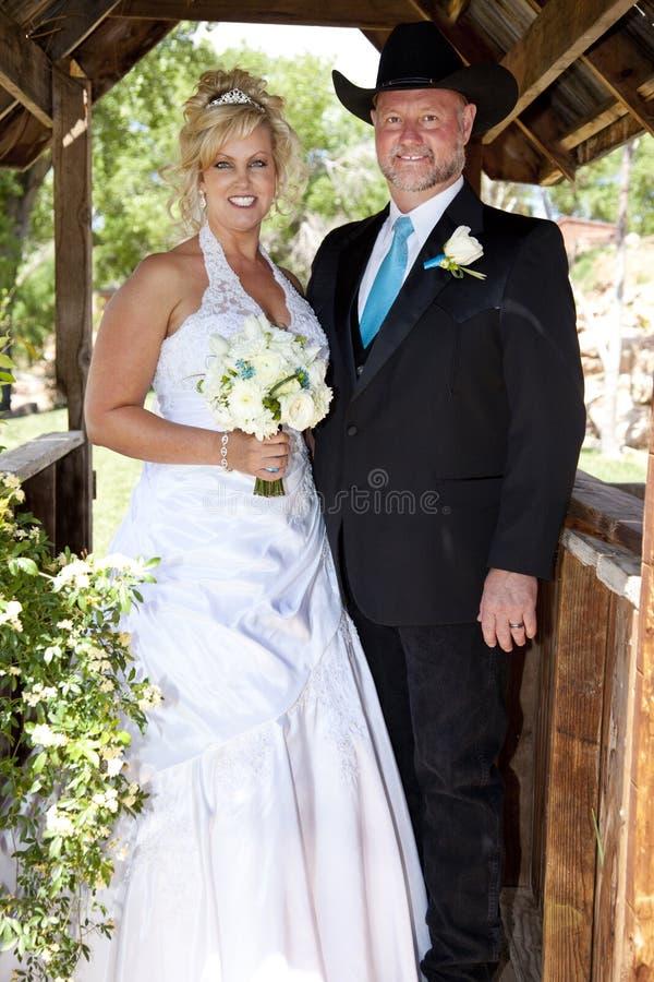 Braut-und Bräutigam-Aufstellung lizenzfreies stockbild