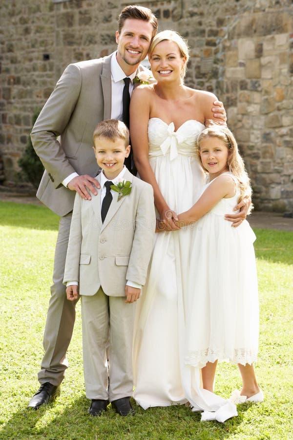 Braut-und Bräutigam-With Bridesmaid And-Hotelpage an der Hochzeit lizenzfreie stockfotografie