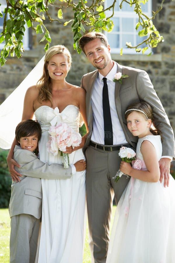 Braut-und Bräutigam-With Bridesmaid And-Hotelpage an der Hochzeit lizenzfreies stockfoto