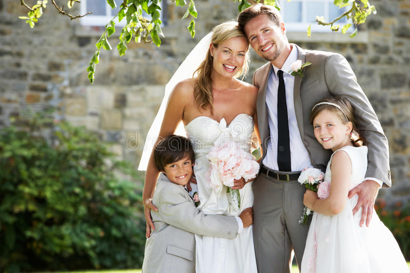 Braut-und Bräutigam-With Bridesmaid And-Hotelpage an der Hochzeit stockfotos
