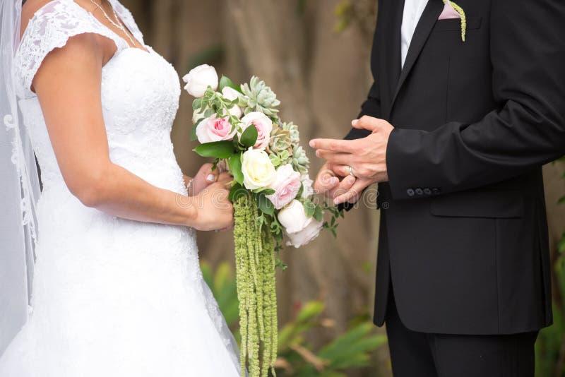 Braut und Bräutigam an der Hochzeits-Zeremonie stockfoto