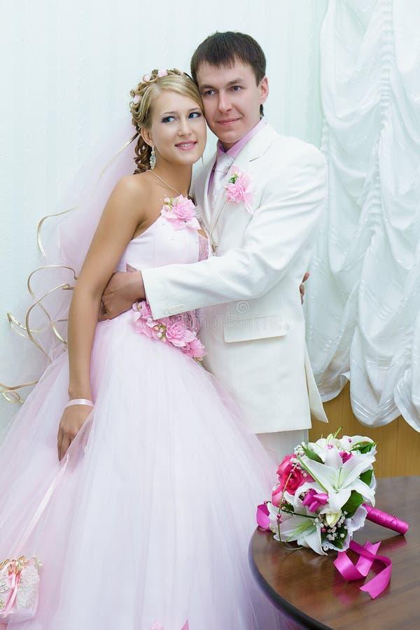 Braut und Bräutigam in der Hochzeitskleidung lizenzfreie stockbilder