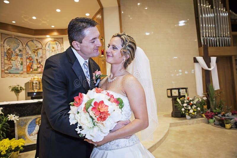 Braut und Bräutigam in der Kirche lizenzfreie stockfotos