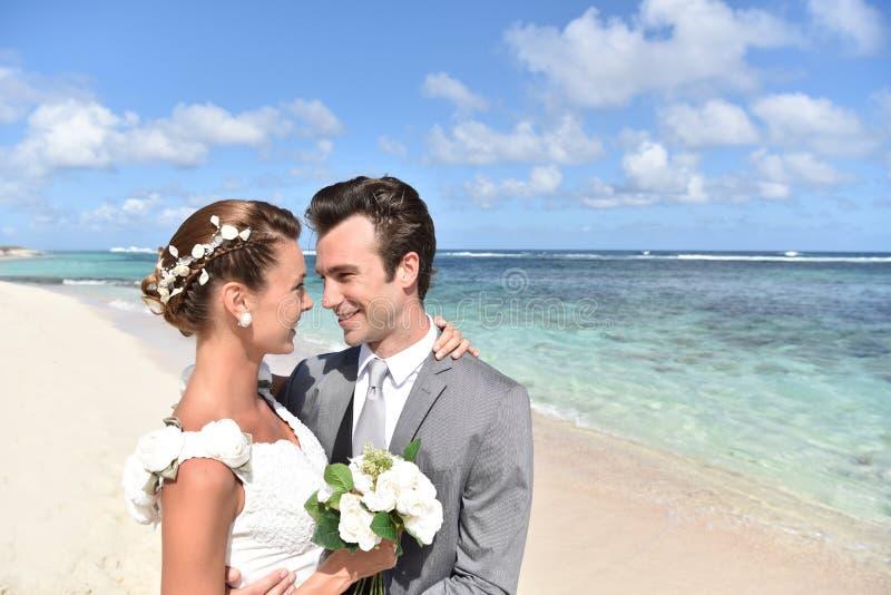 Braut und Bräutigam in der Liebe auf karibischem Strand lizenzfreies stockfoto