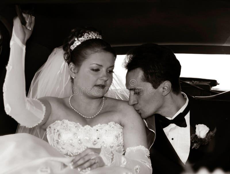 Braut und Bräutigam in der Limousine stockfoto