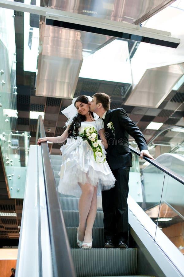 Braut und Bräutigam in der Metro stockfotografie