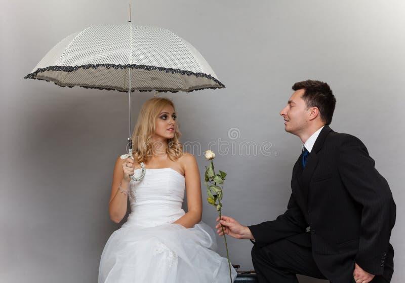 Braut und Bräutigam des verheirateten Paars mit stiegen stockbild