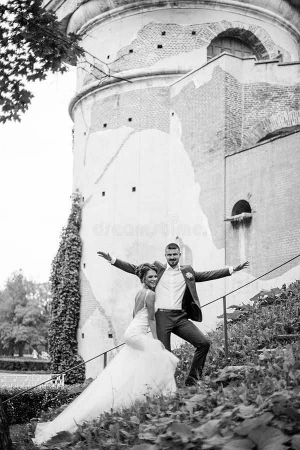 Braut und Bräutigam, die auf Treppe stehen stockfotos