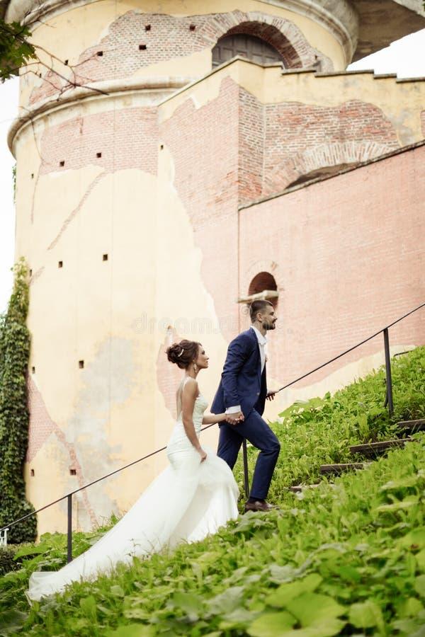 Braut und Bräutigam, die auf Treppe stehen lizenzfreie stockfotos