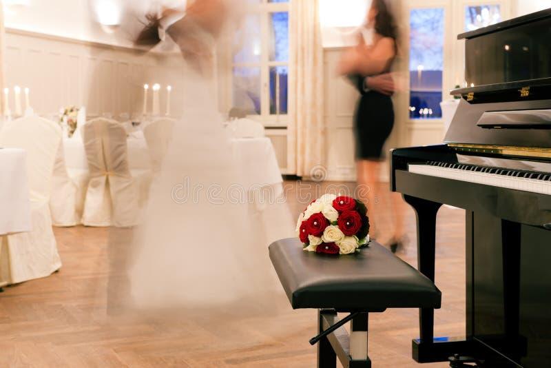 Braut und Bräutigam, die den ersten Tanz tanzen lizenzfreies stockbild