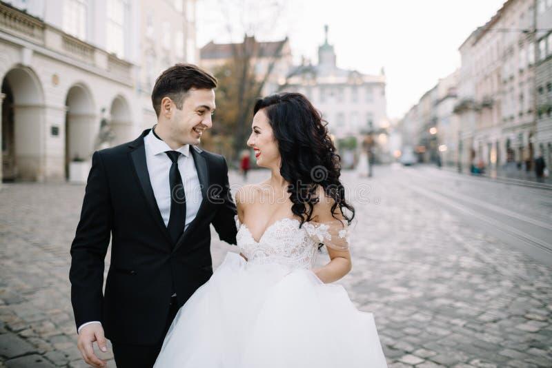 Braut und Bräutigam, die durch die alte Stadt gehen stockfotos