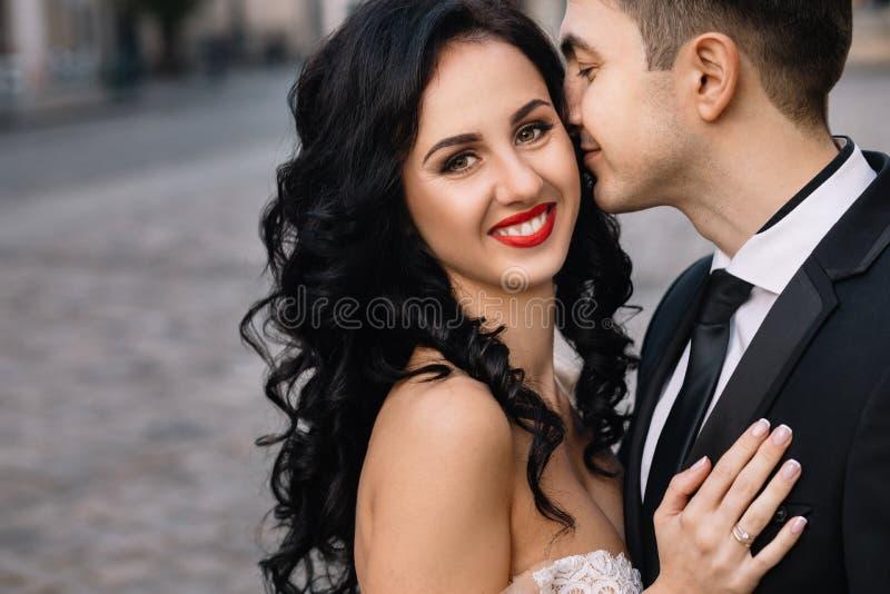 Braut und Bräutigam, die durch die alte Stadt gehen lizenzfreie stockfotografie