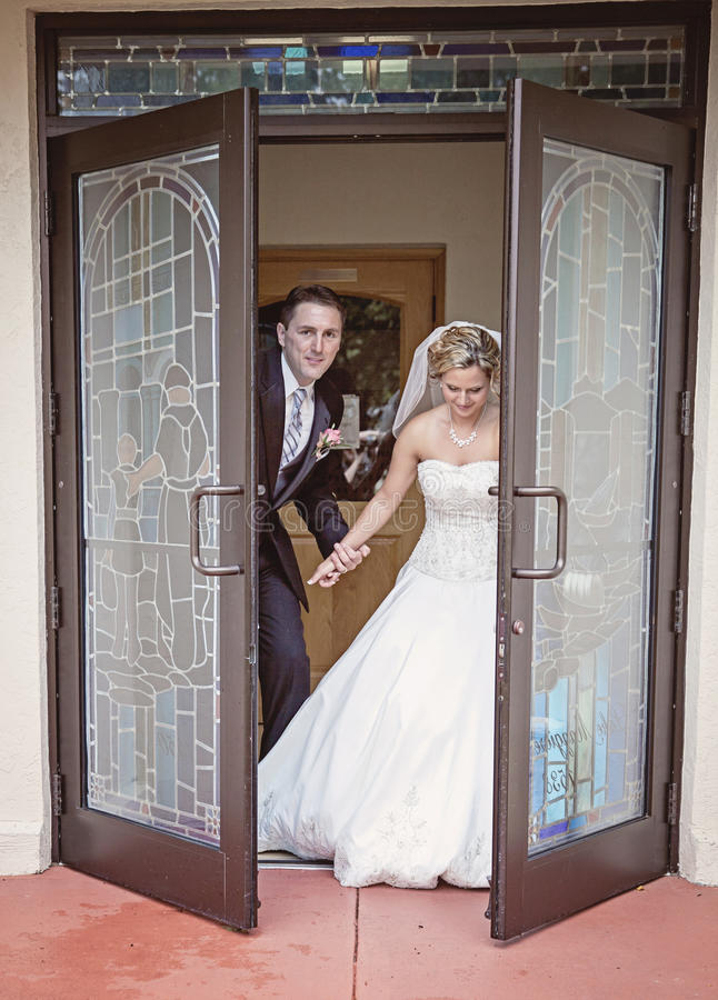 Braut und Bräutigam, die Kirche verlassen stockfoto