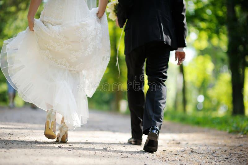Braut und Bräutigam, die weg gehen stockbild