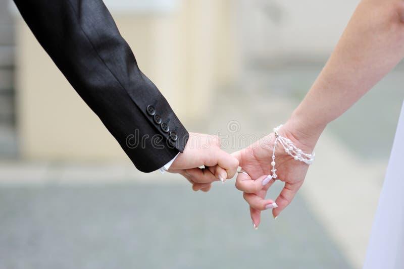 Braut und Bräutigam, die zusammen gehen lizenzfreies stockfoto