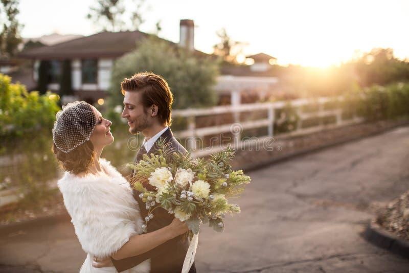 Braut und Bräutigam draußen lizenzfreies stockfoto