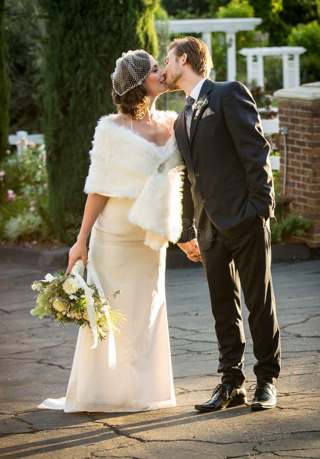 Braut und Bräutigam draußen stockfotografie