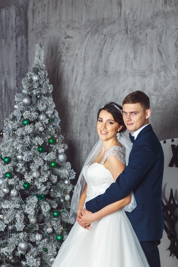 Braut und Bräutigam draußen Liebhaber Braut und Bräutigam in der Weihnachtsdekoration HGroom und Braut zusammen Verbinden Sie das stockbilder