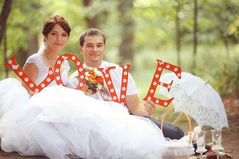 Braut und Bräutigam an einer Hochzeit lizenzfreie stockfotografie