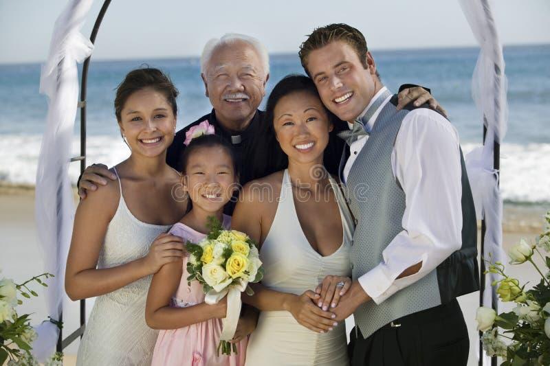 Braut-und Bräutigam-With Family At-Strand stockfotografie