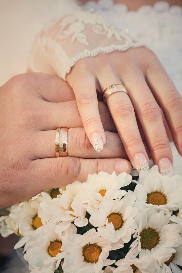Braut-und Bräutigam-Hände mit Hochzeits-Ringen lizenzfreies stockfoto
