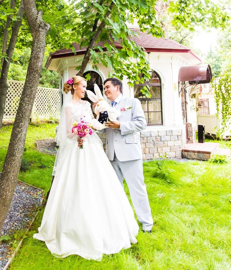 Braut- und Bräutigam-Hochzeitstag lizenzfreie stockbilder